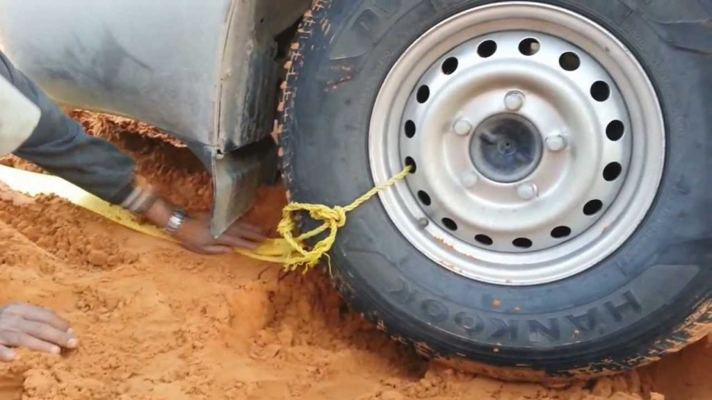 how-to-pull-your-car-out-of-the-sand-in-the-desert-hack-1024x576